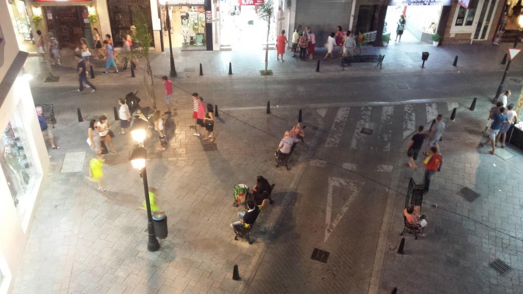 Vår gata strax efter tolv på kvällen/natten. Folk börjar komma ut snarare än börjar gå hem.