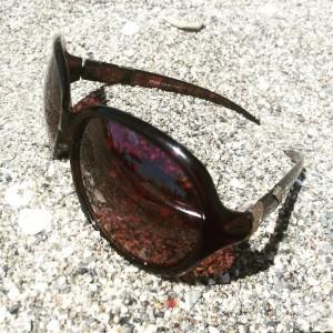 Solglasögon täcker mörka ringar under sömniga ögon